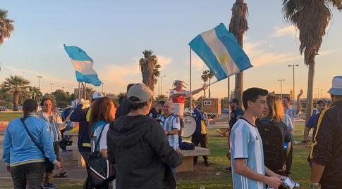 אוהדי ארגנטינה באזור הדולפינריום בתל אביב (אסי ממן)