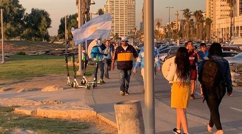 אוהדי ארגנטינה באזור הדולפינריום בתל אביב (מערכת ONE)