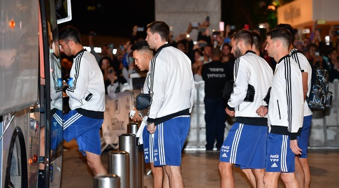 שחקני נבחרת ארגנטינה עולים על האוטובוס (חגי מיכאלי)