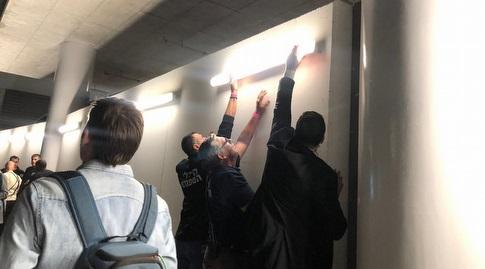 המנורות שיצאו מהמקום בעקבות טיפוס האוהדים על החומה (עמית קרקו)