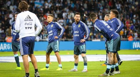 ליאו מסי עם שחקני נבחרת ארגנטינה בחימום (איציק בלניצקי)