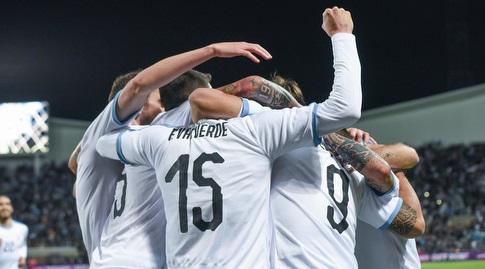 שחקני נבחרת אורוגוואי חוגגים עם לואיס סוארס (נעם מורנו)