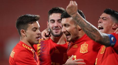 שחקני ספרד חוגגים עם אוסקר רודריגס (רדאד ג'בארה)