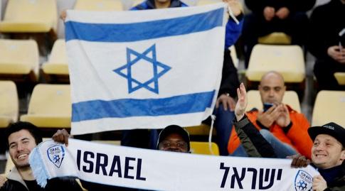 אוהדי נבחרת ישראל בסקופיה (רויטרס)