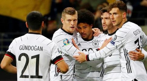 שחקני נבחרת גרמניה חוגגים עם סרג' גנאברי (רויטרס)