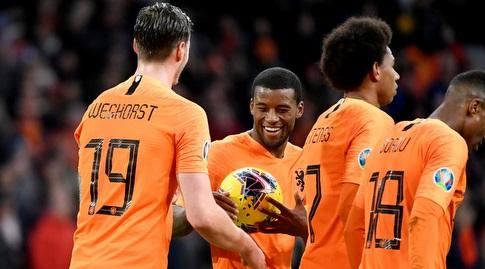 שחקני הולנד מעניקים לוויינאלדום את כדור המשחק (רויטרס)