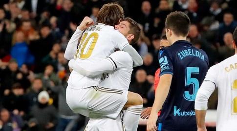 לוקה מודריץ' מחבק את פדריקו ואלוורדה (La Liga)