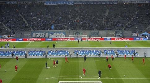 אוהדי הרטה ברלין מציגים את חומת העיר באצטדיון הביתי (האתר הרשמי של הרטה)