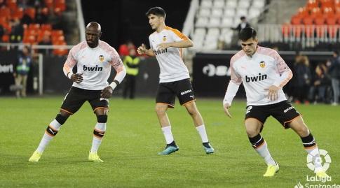 שחקני ולנסיה מתחממים (La Liga)