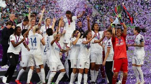 שחקניות ליון מניפות את גביע האלופות (רויטרס)