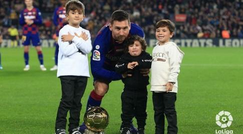 ליאו מסי עם ילדיו וכדור הזהב (La Liga)