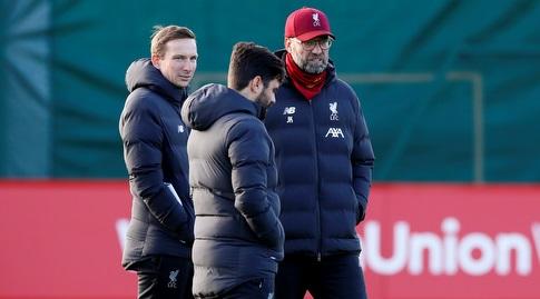 יורגן קלופ עם הצוות המקצועי באימון ליברפול (רויטרס)