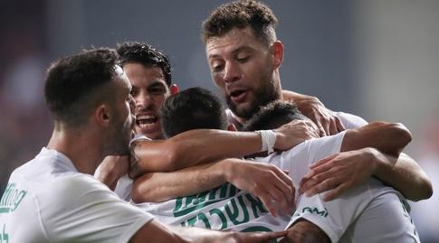 שחקני מכבי חיפה חוגגים עם צ'ירון שרי (רדאד ג'בארה)