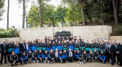 שחקני נבחרת ישראל ונבחרת גרמניה ביד ושם (ההתאחדות לכדורגל)