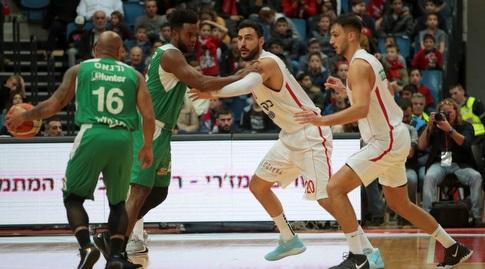 שחקני הפועל ירושלים מנסים להגיע לגרגורי ורגאס (אורן בן חקון)