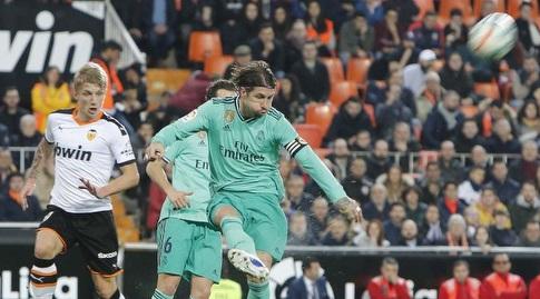 סרחיו ראמוס מרחיק את הכדור (La Liga)
