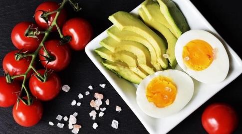 ביצים ואבוקדו. אם אתם אוכלים כל היום כמו שצריך אל תחששו (zuzyusa)