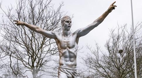 פסלו של זלאטן איברהימוביץ' שהושחת (רויטרס)