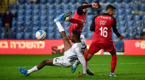 דידייה קוגבניה מנסה להשתלט על הכדור (חגי מיכאלי)