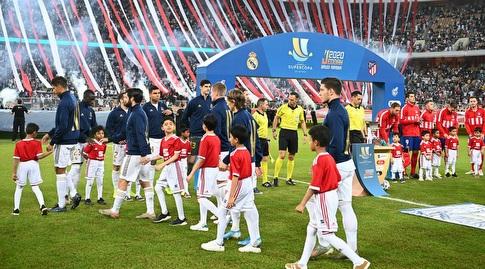 שחקני שתי הקבוצות עולים אל כר הדשא בקינג עבדאללה (רויטרס)