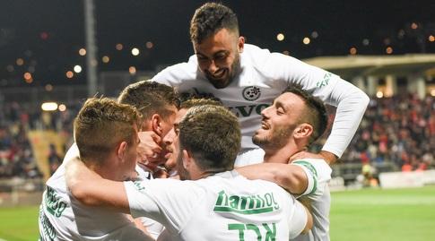 שחקני מכבי חיפה חוגגים עם ירדן שועה (נעם מורנו)