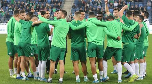 שחקני מכבי חיפה בחימום לפני המשחק (עמית מצפה)