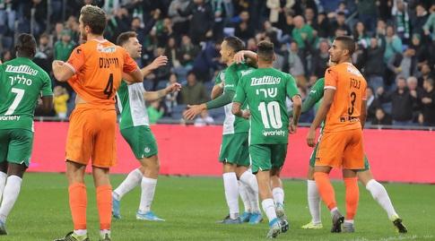 שחקני מכבי חיפה חוגגים עם טרנט סיינסבורי (עמית מצפה)