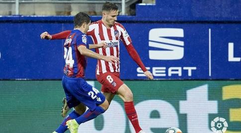 סאול ניגס עם הכדור נשמר על ידי אלברו טחרו (La Liga)