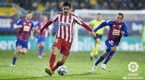 סטפן סאביץ' עם הכדור נשמר על ידי פביאן אוריאנה (La Liga)