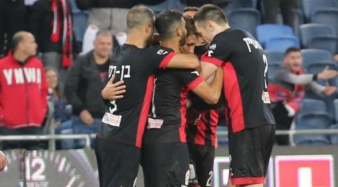 שחקני הפועל חיפה חוגגים עם יאקוב סילבסטר (עמית מצפה)