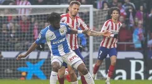 סאול ניגס מנסה להגיע לכדור (La Liga)