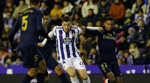 רובן אלקראס מנסה לשמור על הכדור (La Liga)