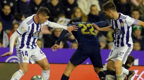 איסקו מנסה לשמור על הכדור (La Liga)