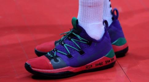 נעליו של ג'יימס פלדין עם הקדשה לקובי בראיינט (אורן בן חקון)