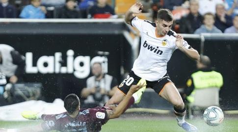 פראן טורס מנסה לשמור על הכדור (La Liga)