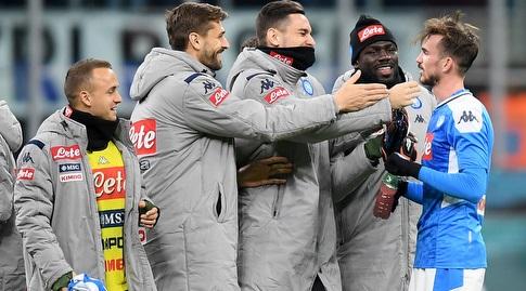 שחקני נאפולי מברכים את פביאן רואיס בסיום (רויטרס)