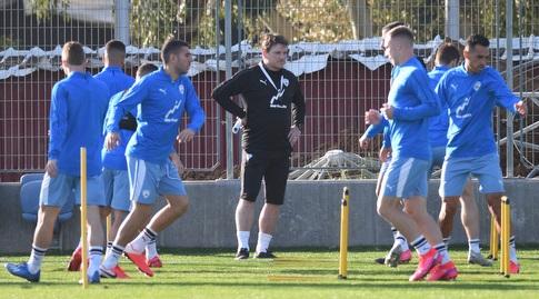 אנדי הרצוג עם שחקני נבחרת ישראל באימון (נעם מורנו)