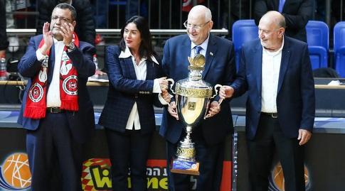 ראובן ריבלין ומירי רגב עם גביע המדינה (איציק בלניצקי)