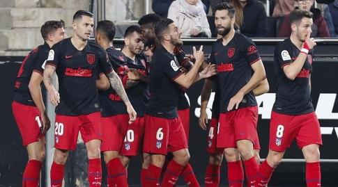 שחקני אתלטיקו מדריד חוגגים עם מרקוס יורנטה (La Liga)