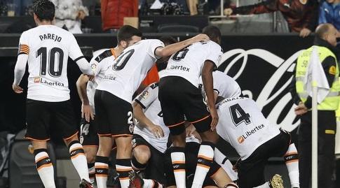שחקני ולנסיה חוגגים עם גבריאל פאוליסטה (La Liga)