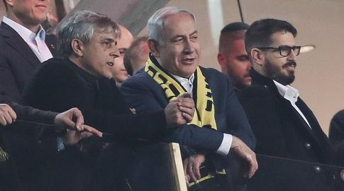 ראש הממשלה בנימין נתניהו ביציע יחד עם משה חוגג ואלי אוחנה (רדאד ג'בארה)