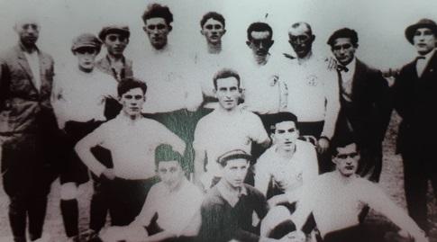 קבוצת הכדורגל הראשונה של הפועל חיפה. צילום מ-1925 (באדיבות הפועל חיפה)