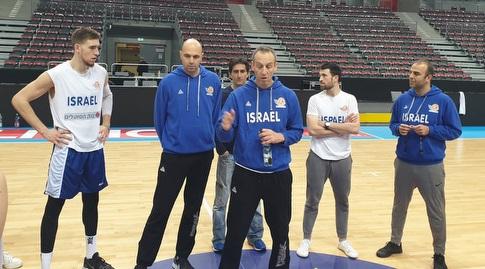 עודד קטש מעביר את אימון נבחרת ישראל בפולין (חגי סגל, איגוד הכדורסל)