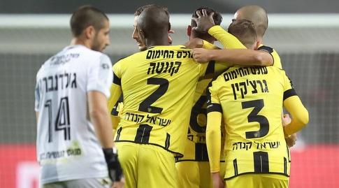 שחקני בית&qout;ר ירושלים מברכים את אלירן עטר (רדאד ג'בארה)