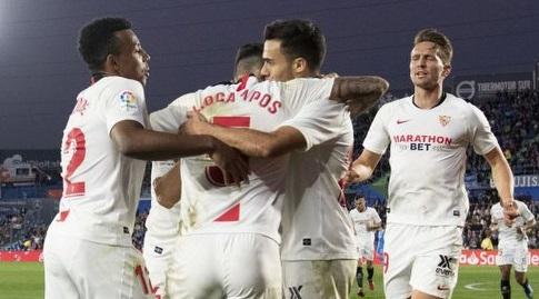 שחקני סביליה חוגגים עם אוקאמפוס (La Liga)