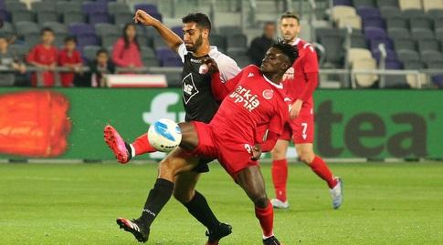 עמנואל בואטנג נאבק על הכדור עם איתי קצב (שחר גרוס)
