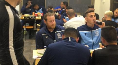 שחקני מכבי פ''ת במסעדה לאחר המשחק (מערכת ONE)