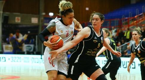 סידני קוק עם הכדור (לירון מולדובן, באדיבות מנהלת ליגת העל לנשים בכדורסל) (מערכת ONE)