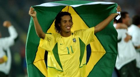 רונאלדיניו עם דגל ברזיל לאחר הזכייה במונדיאל. ידע ימים טובים יותר (רויטרס)