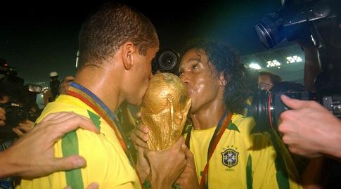 רונאלדיניו וריבאלדו עם גביע העולם ב-2002. לפני 18 שנה בטופ, היום בשיא השפל (רויטרס)